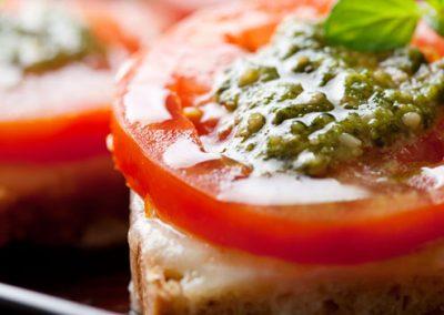 Pan con Queso Derretido Tomate y Pesto
